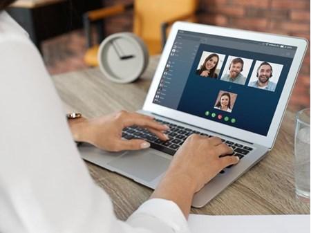 Grafika przedstawia osobę korzystająca z komputera na szkoleniu online.