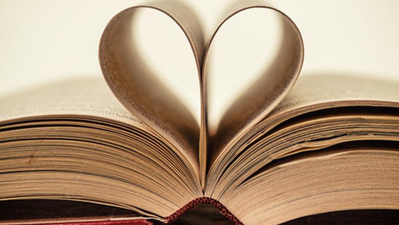 Otwarta książka, której strony składają się w serce.
