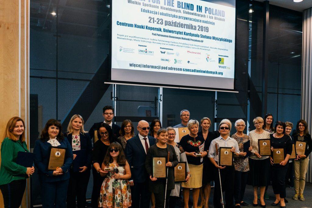 Zdjęcie prezentuje laureatów IDOLa w jednej z poprzednich edycji, wraz z dyplomami i statuetkami.