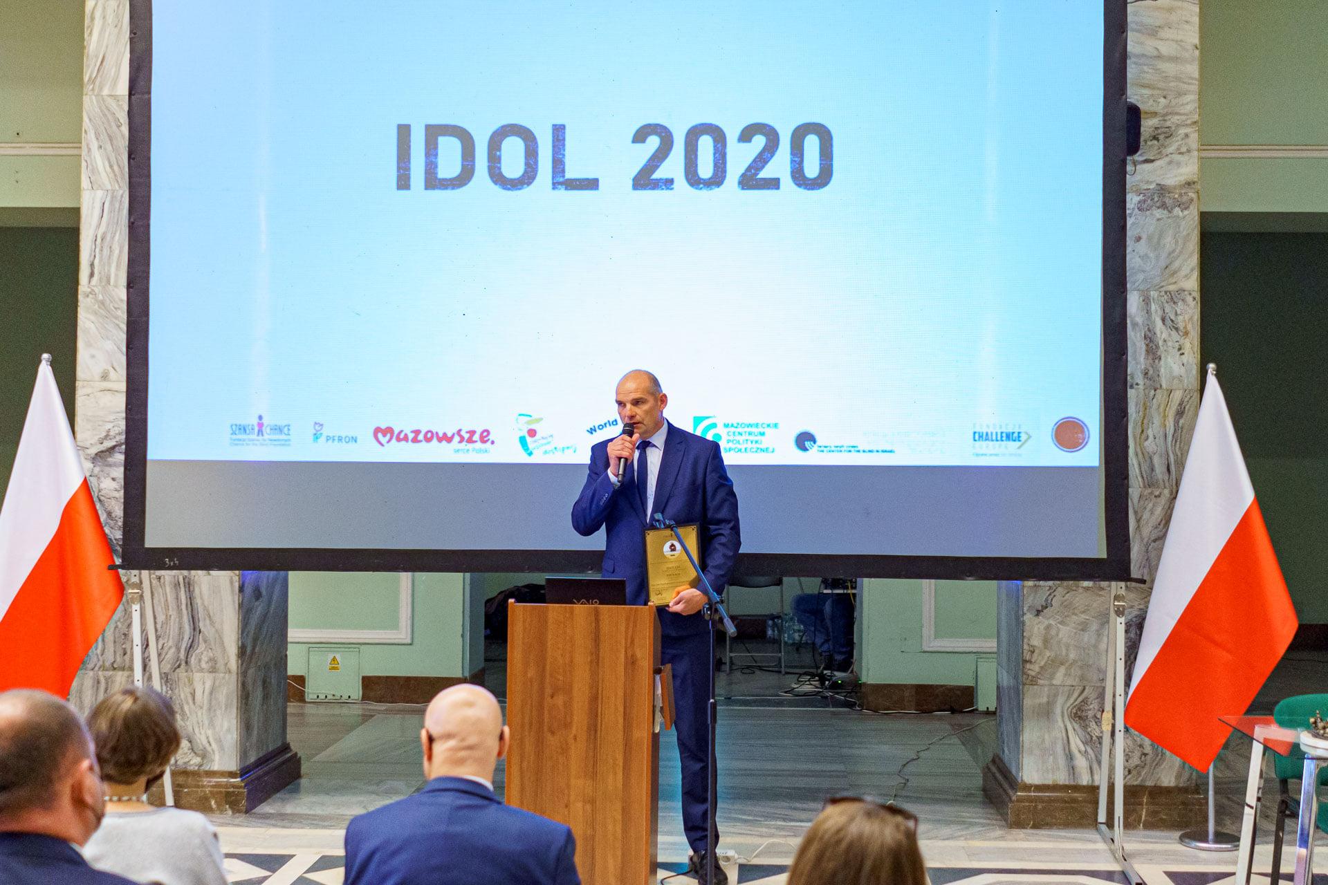 Zdjęcie przedstawia jednego z laureatów edycji 2020, przemawiającego podczas REHA 2020