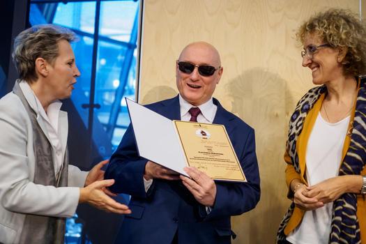 Na zdjęciu Marek Kalbarczyk wraz z Renatą Wardecką wręczają dyplom IDOLa laureatce.