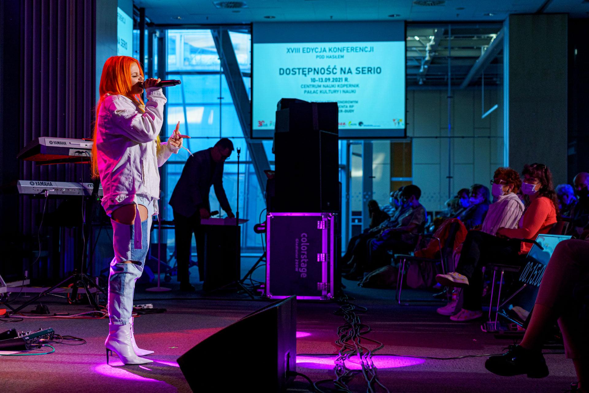 Na zdjęciu fragment konferencji centralnej REHA 2021, koncert Marty Gałuszewskiej
