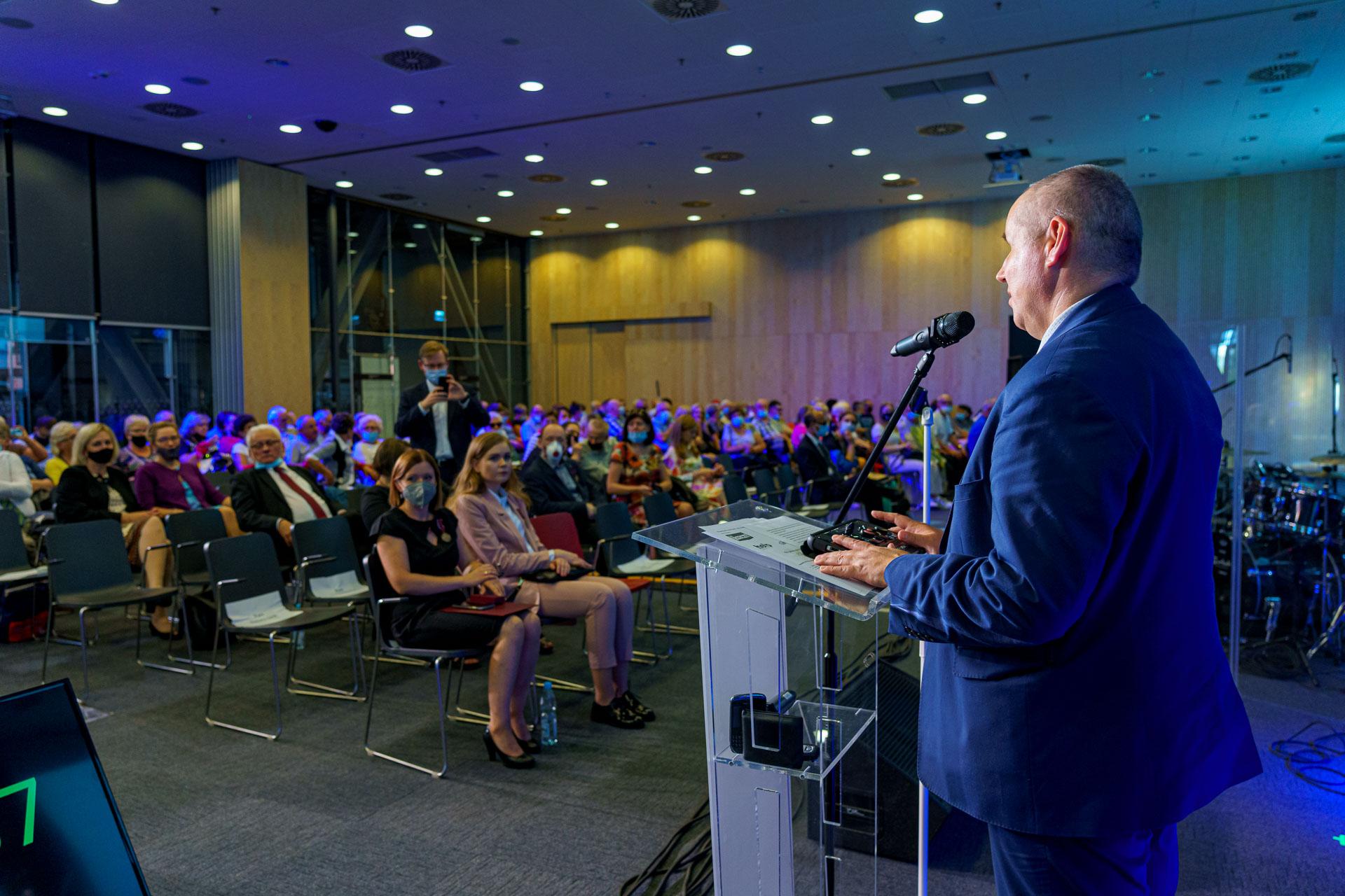 Kadr z REHA 2021, przemówienie ministra Pawła Wdówika.