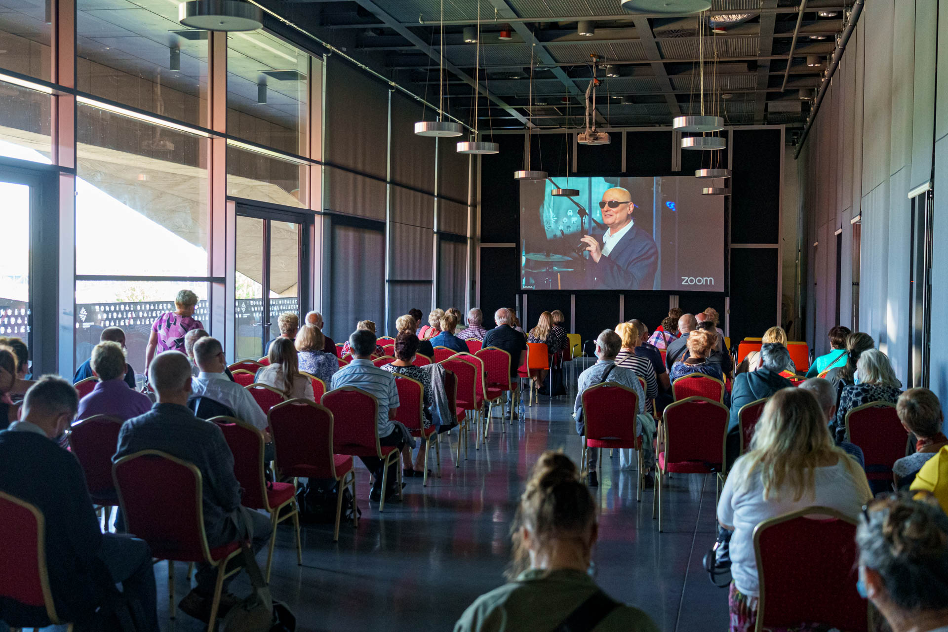 Kadr z REHA 2021, transmitowane przemówienie Marka Kalbarczyka
